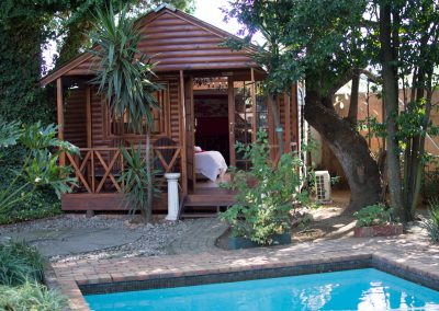 Marula-entrance-log-cabin-bed-and-breakfast-house-on-york